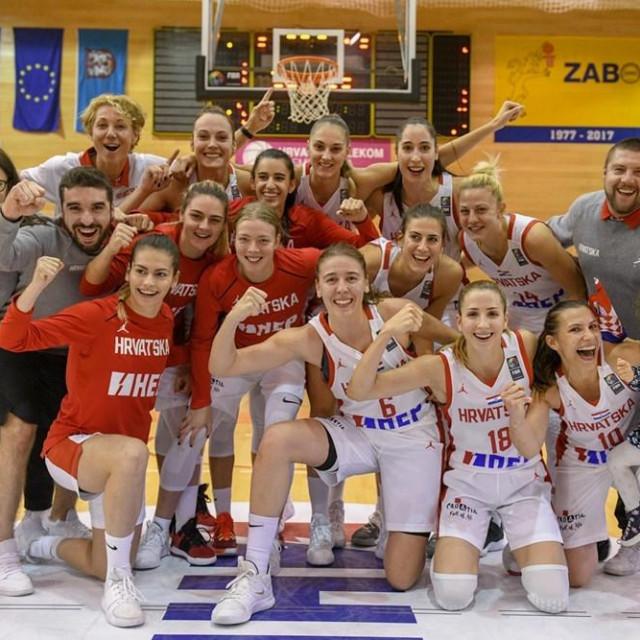 Hrvatske košarkašice slave pobjedu protiv Njemačke u Zaboku u kvalifikacijama za EP (tu su i Dubrovkinja Carmen Miloglav, te nova igračica Raguse, Iva Slonjšak) foto: fibaeuropa