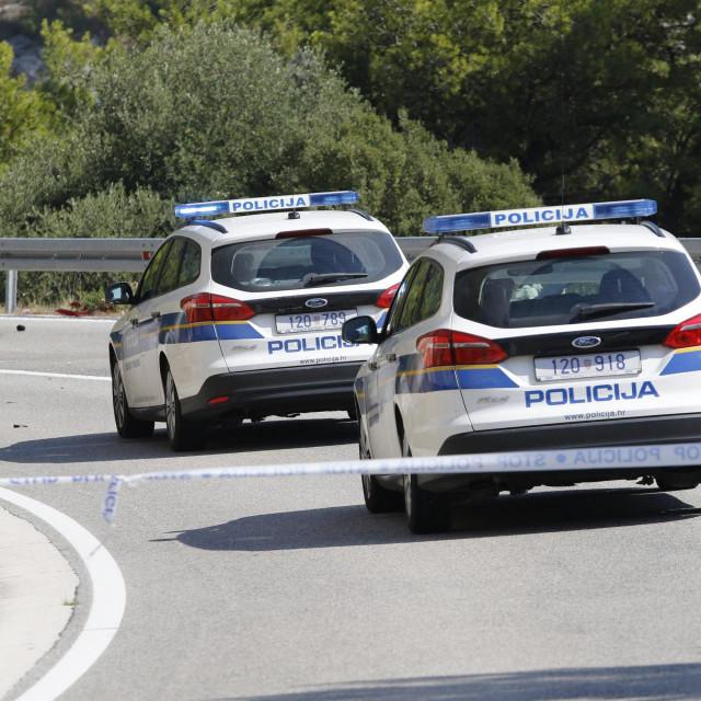 Makarska, 130920<br /> Drvenik,<br /> Prometna nesreca koja se desila oko 13 sati na Jadranskoj magistrali(D8) na domak mjesta Drvenik kod Makarske u kojoj je, nesluzbeno, smrtno stradao motorist dok je drugi teze ozlijedjen i prebacen na hitni prijem Doma zdravlja u Makarskoj. Okolnosti nesrece se jos utvrdjuju a magistrala je zbog ocevida zatvorena za promet.<br /> Na fotografiji: Prometna nesreca kod Drvenika.<br />