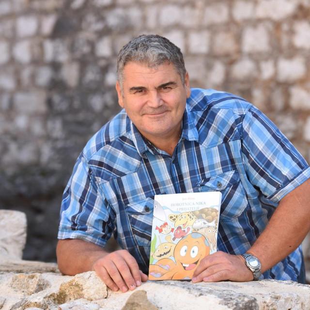 Prof. Jere Bilan napisao je slikovnicu za djecu u kojoj je glavi lik Hobotnica Nika. Devet basni uce djecu o ekologiji i zastiti mora, ali i povjerenju i prijateljstvu