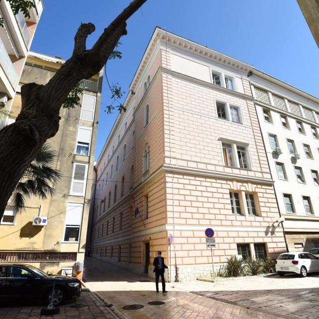 Zgrada u ulici Zore Dalmatinske na Poluotoku u kojoj je do nedavno bila policijska postaja. Postaja je preseljena u nove prostorije u ulici Stjepana Radica 11c.<br />