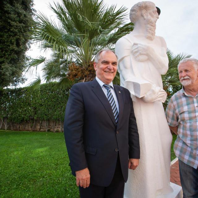 Kip su predstavili župan Blaženko Boban, autor izložbe fra Tomislav Glavnik, autor kipa kipar Veno Jerković, te nadbiskup Marin Barišić