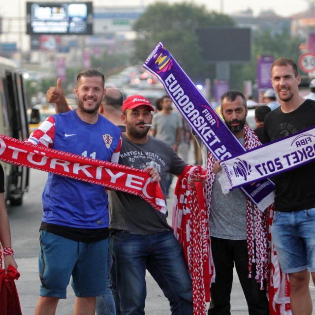 Andrija Vuković i Tomislav Glumac (sasvim desno) su skupa igrali u RNK Split te u Balikesirsporu, a 2017. su došli podržat hrvatske košarkaše na Eurobasketu u Istanbulu foto: Tonči Vlašić