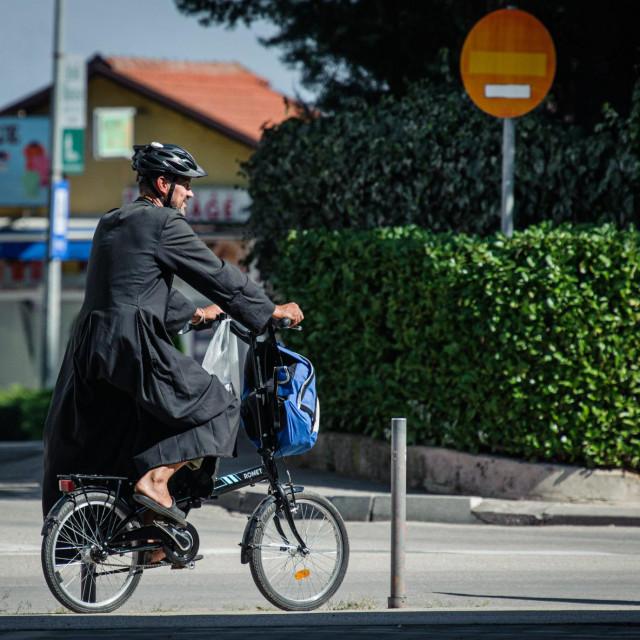 Medjugorje, BiH, 090920.<br /> Reportaza iz Medjugorja u vrijeme pandemije koronavirusom.<br /> Na fotografiji: svecenik na biciklu<br />