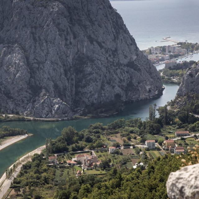 Dvije obale rijeke moraju se povezati cestovnim mostom i povezanim tunelima