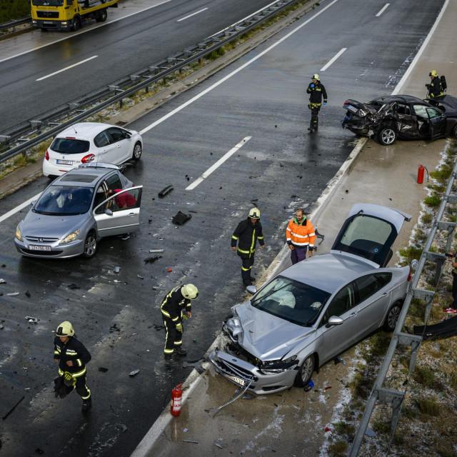 <br /> Zbog leda na cesti došlo je do sudara više vozila na A1