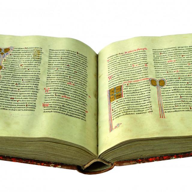 Knez Novak sam je zavidnom pisarskom vještinom pisao Misal, što dokazuje da su i hrvatski plemići glagoljaštvo držali svojim te da im je knjiga bila naravno okružje<br />