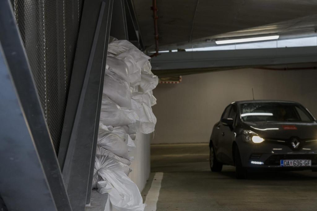 <br /> Na ulaz u podzemnu garažu na Poljani postavljene su vreće s pijeskom u slučaju velikih kiša.<br />
