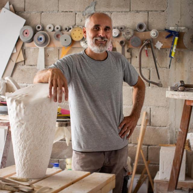 Akademski kipar Tomislav Salov u svom ateljeu u Dogradama kod Marine