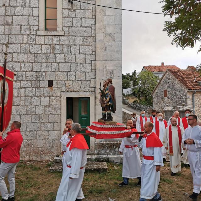 Mještani su u tradicionalnim tunikama nosili kip dvojice svetaca u procesiji