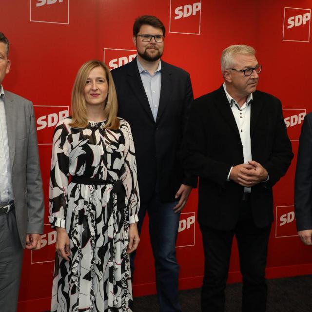 Zagreb, 260920.<br /> Iblerov trg.<br /> Cekanje izbornih rezultata u stozeru SDP-a.<br /> Na fotografiji: Pedja Grbin, Ranko Ostojic, Mirela Ahmetovic, Marino Percan, Zeljko Kolar.<br />