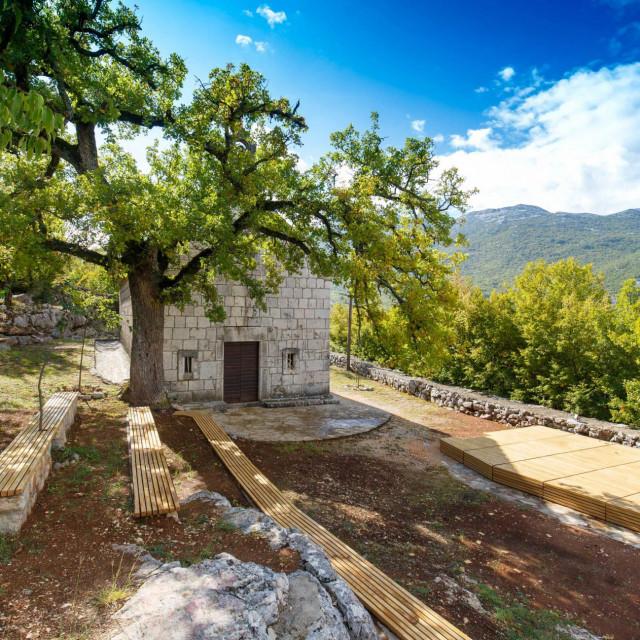 Uređeni okoliš crkve sv. Roka s ljetnom pozornicom