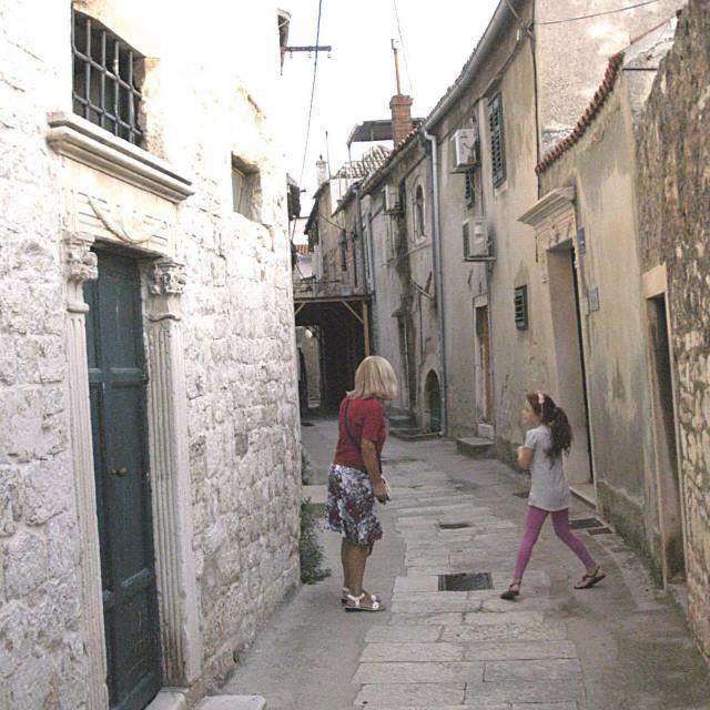 Rijetki prolaznici Jurjevom ulicom koja je još od 15. stoljeća bila jedna od prometnih žila-kucavica koja je povezivala staru jezgru Gorice i Doca s Benediktinskim samostanom iz 13. stoljeća sa središtem grada