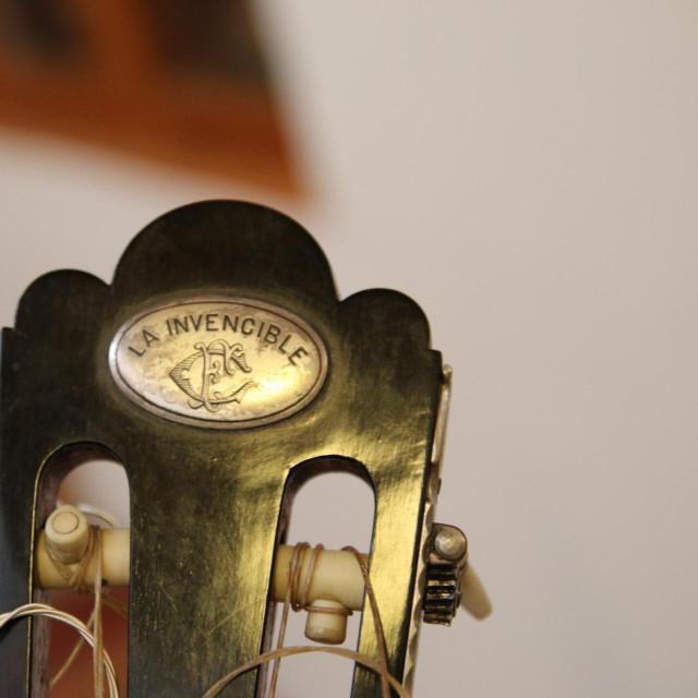 1 Zlatko Josip Grgić s glasovitom Torresovom gitarom, 'Nepobjedivom'<br /> PRIVATNI ALBUM