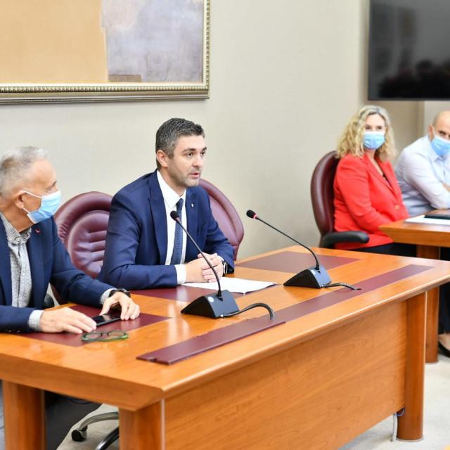 Press konferencija na kojoj je Mato Franković govorio o slučaju hotela Sumratin