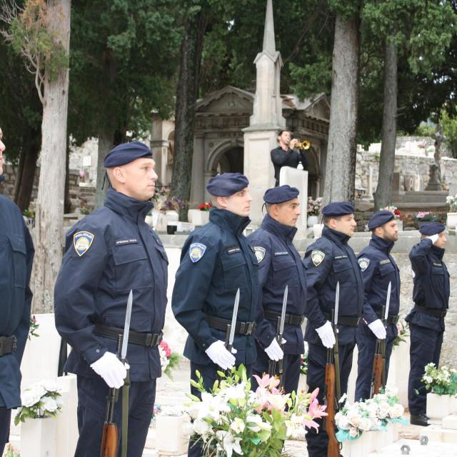 Vijenci i svijeće u znak sjećanja na poginule policajce u Domovinskom ratu