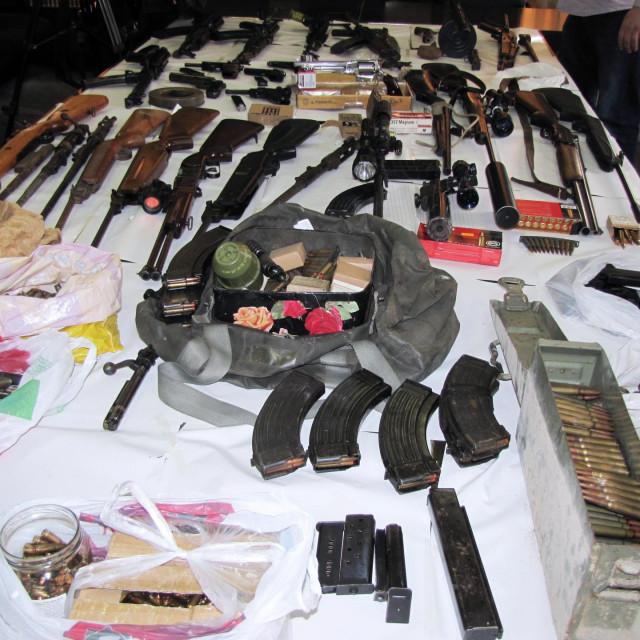 Sisak, 150319.<br /> Sisacka policija provela je kriminalisticko istrazivanje nad devetero stanovnika Siska, Sunje i Petrinje zbog nedozvoljenog posjedovanja, prodaje, izrade i nabavljanja oruzja i eksplozivnih sredstava.<br /> Na fotografiji: Dio zaplijenjenog oruzja i municije<br />