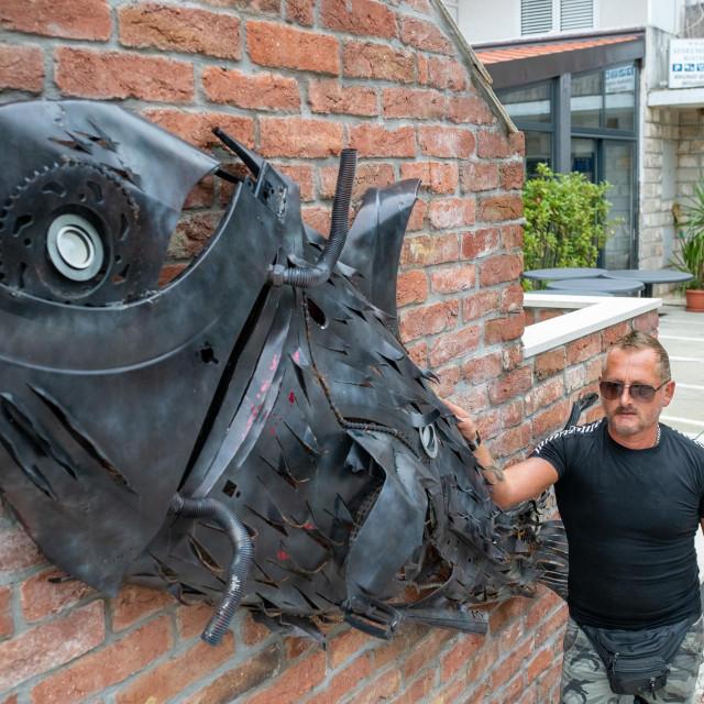 Mili Klečak pokraj jedne od svojih metalnih skulptura