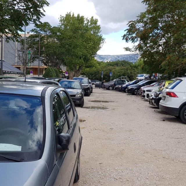 Zagrađeni automobili kod hotela Globo