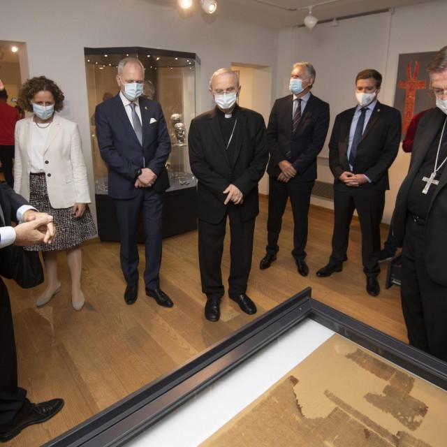 Radoslav Bužančić, Nina Obuljen Koržinek, Andro Krstulović<strong>,</strong> Opara, kardinal Jose Calaca de Mendonça, msgr. Marin Barišić i drugi uz jedan od artefakata iz muzeja<br />