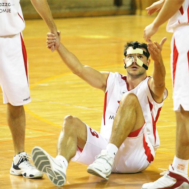 Znao je Maro Lučić, a ovo je slika iz sezone 2007./08., igrati i s maskom, unatoč ozljedi foto: Tonči Vlašić
