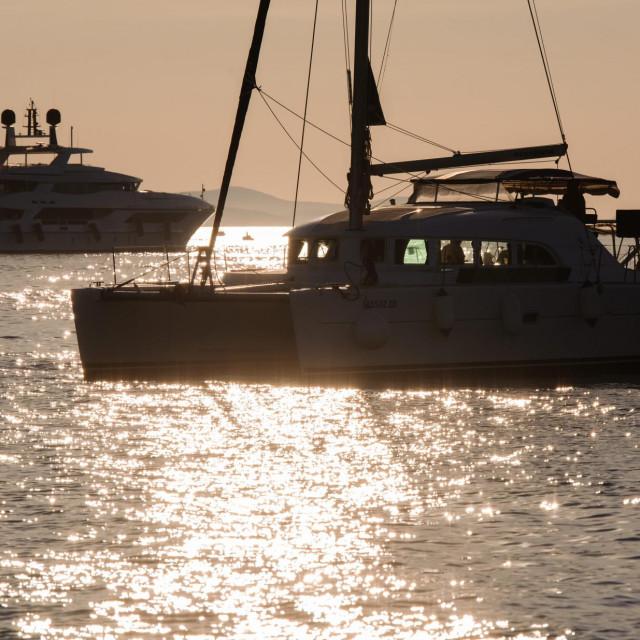 Zadar, 300620.<br /> Ljetovanje na brodu idealan je nacin za izolaciju u vrijeme pandemije koronavirusom a po jahtama vezanim u zadarskoj luci i na sidru ispred grada moze se naslutiti da ce sezona nautickog turizma biti uspjesna.<br />