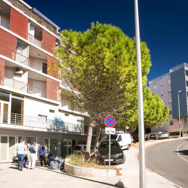 Meštri su nastavili radove u prostoru s južne strane zgrade, uz Velebitsku ulicu, a investitor plaća kazne