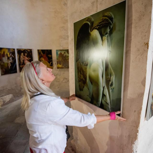 U crkvi sv. Donata otvorena izlozba fotografija Ive Pervana naslova Anđeli.<br />
