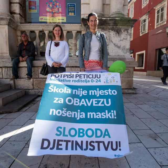 Na Narodnom trgu u Zadru gradjani imaju priliku potpisati peticiju protiv obveznog nosenja zastitnih maski u skolama koju organizira inicijativa Roditelj od 0-24.<br />