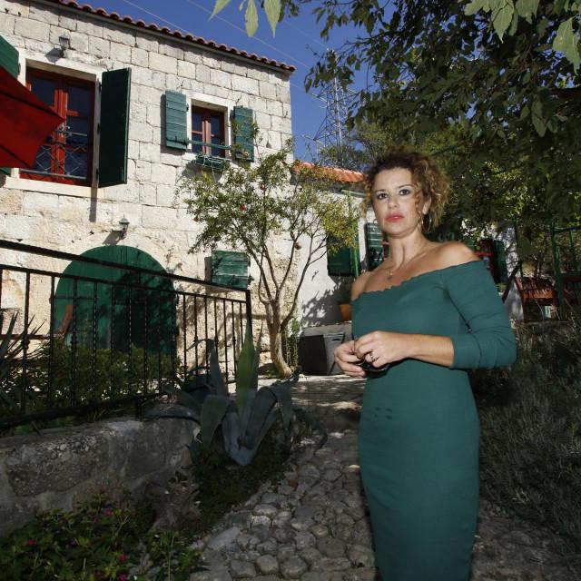 Nikolina Bartulović ispred svoje kuće na predjelu Krug
