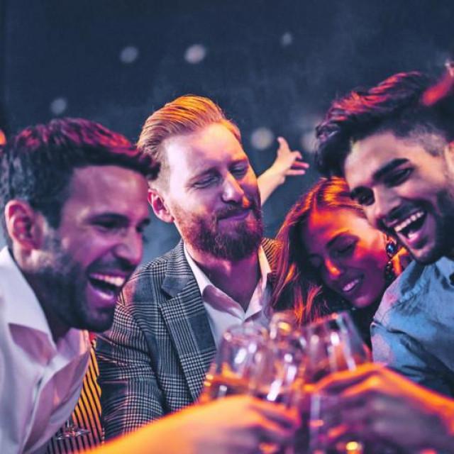 Hoće li zbog korone biti uvedena zabrana točenja alkohola?