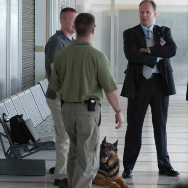 Pripadnici tajne službe sa psima za otkrivanje eksploziva u Zračnoj luci Dubrovnik