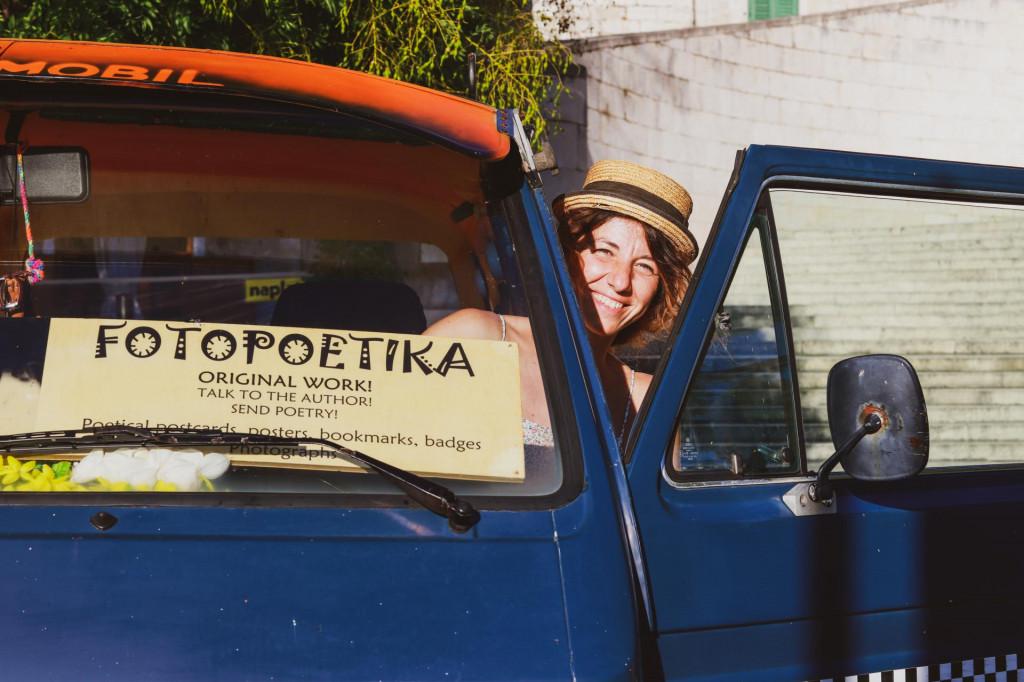 Maja Klarić u svom bookmobileu