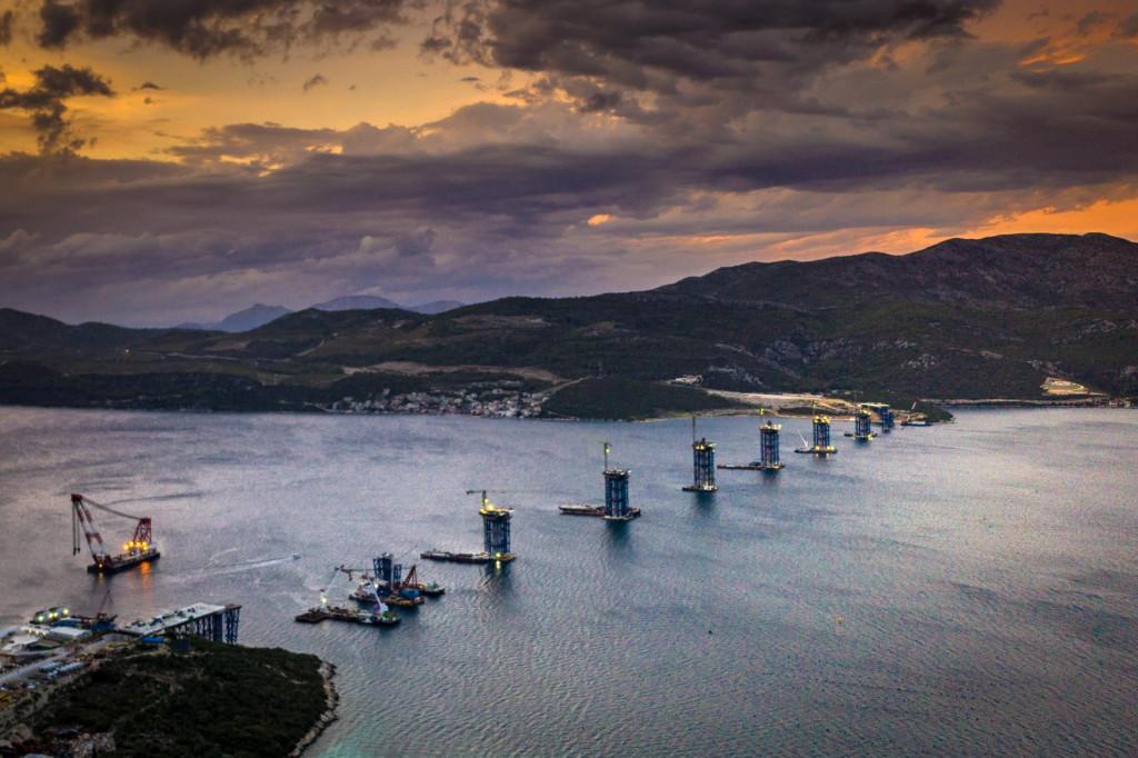 Izgradnja Pelješkog mosta i pristupnih cesta.<br />