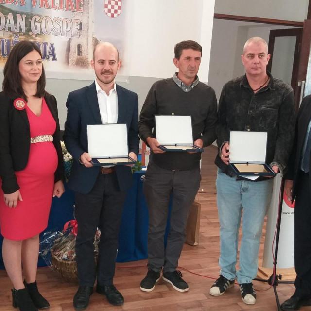 Laureati s gradonačelnikom Jurom Plazonićem, predsjednicom Gradskog vijeća Dijanom Maras i županom Blaženkom Bobanom