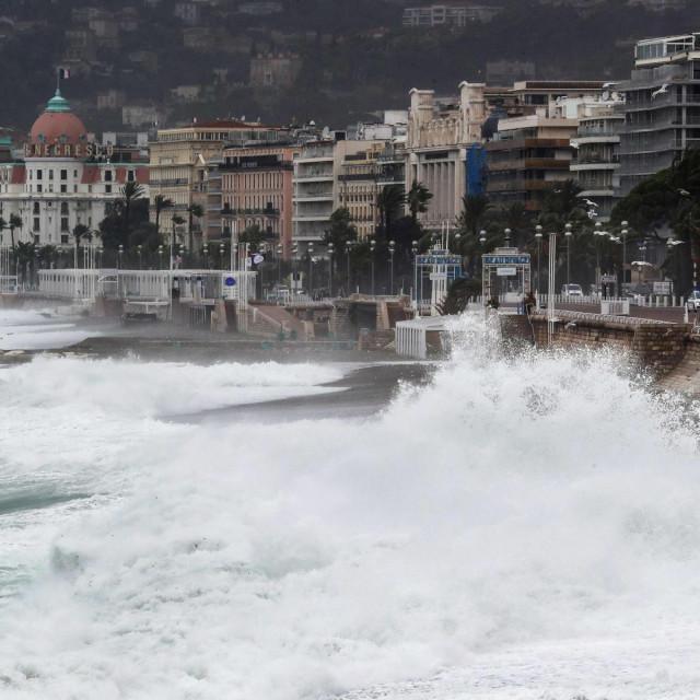 Najmanje devet ljudi, uključujući dva vatrogasca, nestali su nedaleko od Nice nakon što su obilne kiše prouzročile poplave