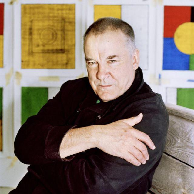 Matt Mullican pola stoljeća radi na razinama percepcije predstavljenima s pet boja. Zelena sugerira materijalno, plava svakodnevni život, žuta umjetnost, crno-bijela jezik i simbole, a crvena subjektivnost i ideje<br />