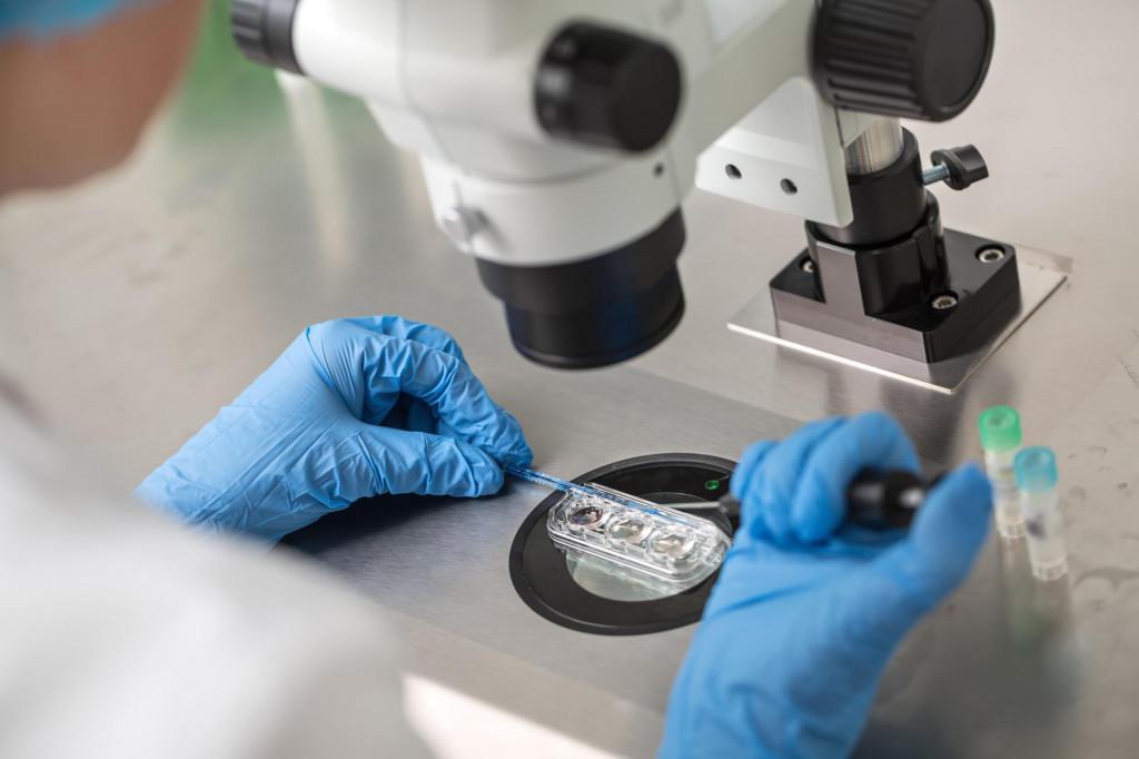 Slučaj je otkriven kad su uzorci DNK uspoređeni s DNK-om liječnikovapriznatog djeteta
