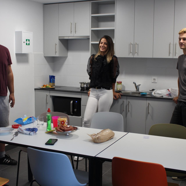 Ivan Ćelić, Mia Lazo i Ivan Pače u čajnoj kuhinji