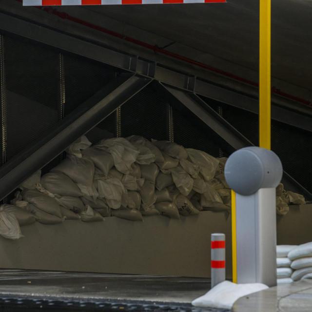 Sibenik, 260920.<br /> Na ulaz u podzemnu garazu na Poljani postavljene su vrece sa pijeskom u slucaju velikih kisa.<br />