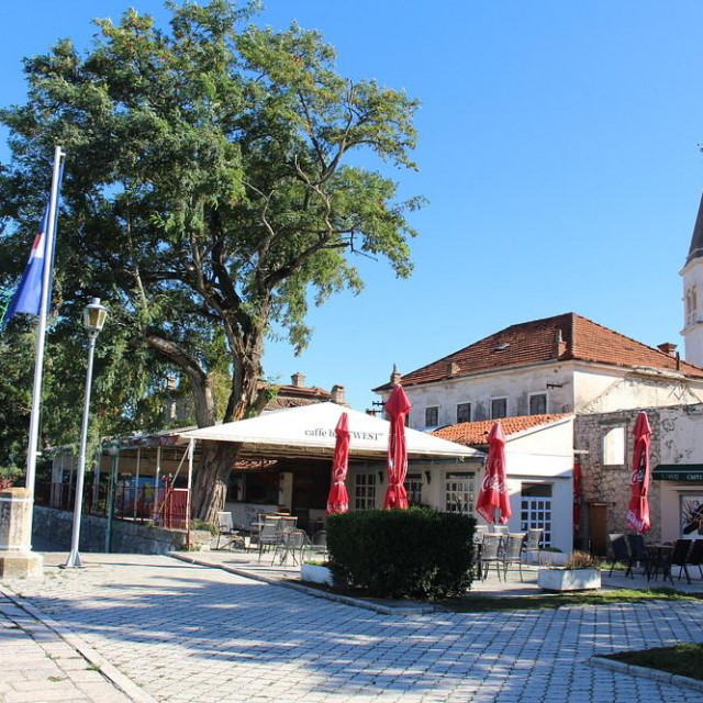 Bvši caffe bar West u centru Opuzena