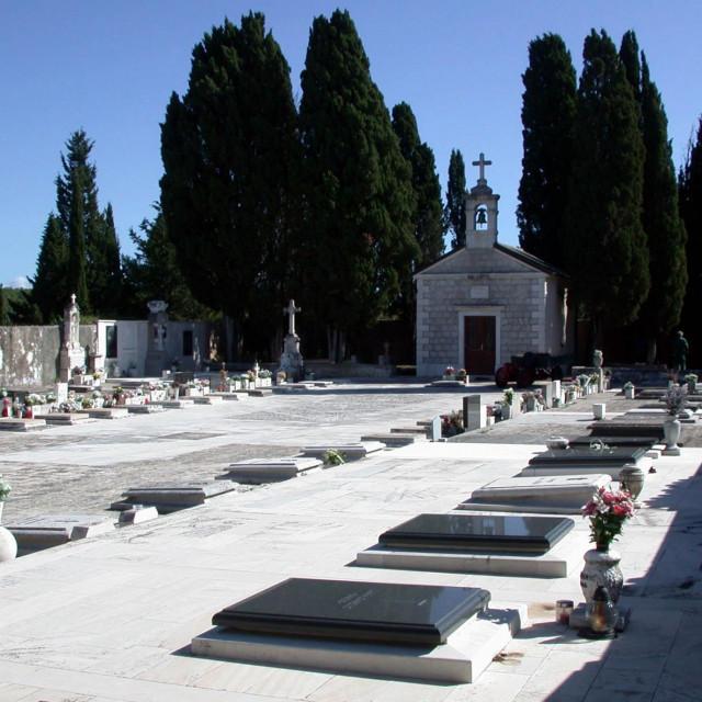 Mjesno groblje - zona buduće gradnje je lijevo od crkvice