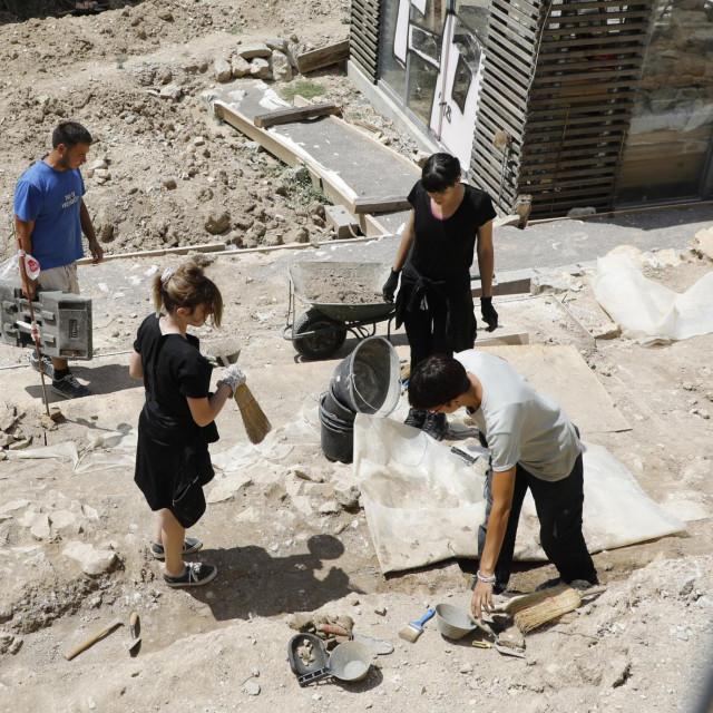 Dr. Katja Marasović te arheolozi Anita Penović i Nebojša Cingeli, prema tlocrtu građevine, tehnici gradnje i debljini zidova, utvrdili su da je na Manušu bila velika antička tržnica<br />