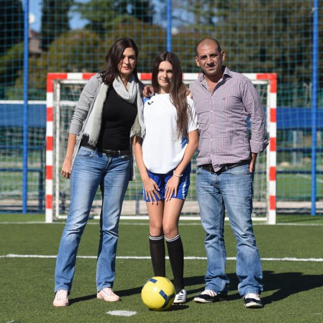 Hana Jakopović s majkom Tinom, Zagrepčankom i ocem Hichamom, Libanoncem