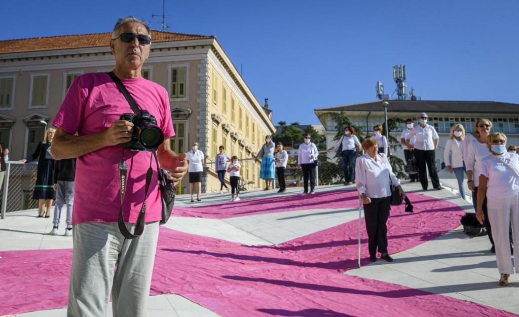 <br /> Povodom dana Ružičaste vrpce, humanitarna akcija upozorenja na otkrivanje raka dojke, na trgu Poljana snimljena je milenijska fotografija Šime Strikomana.<br />