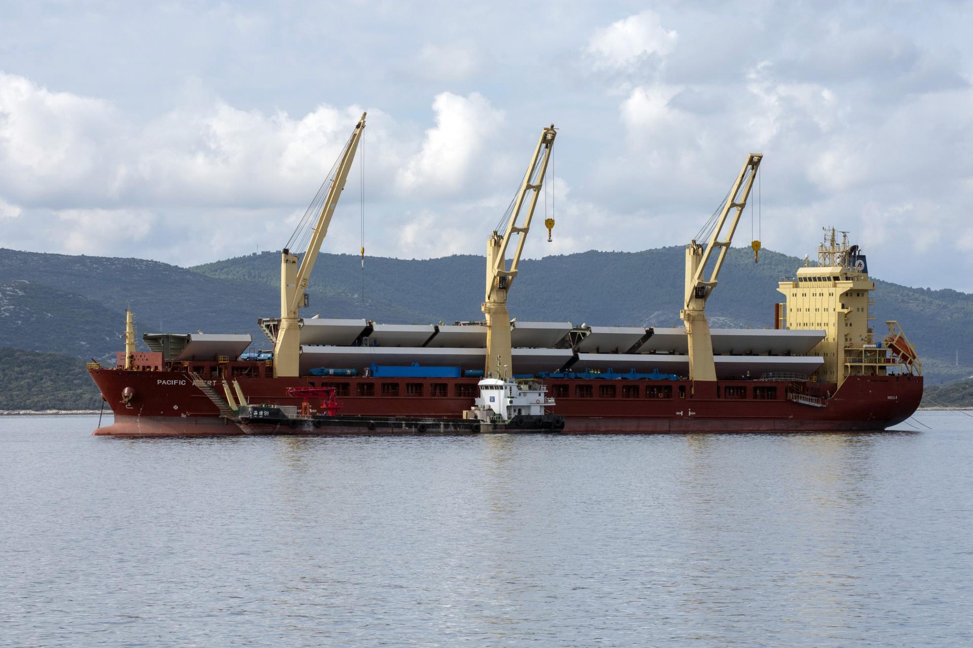 Nakon mjesec dana plovidbe iz Kine stigli novi dijelovi za pelješki most, posada zbog korona-krize neće silaziti s broda 14943588