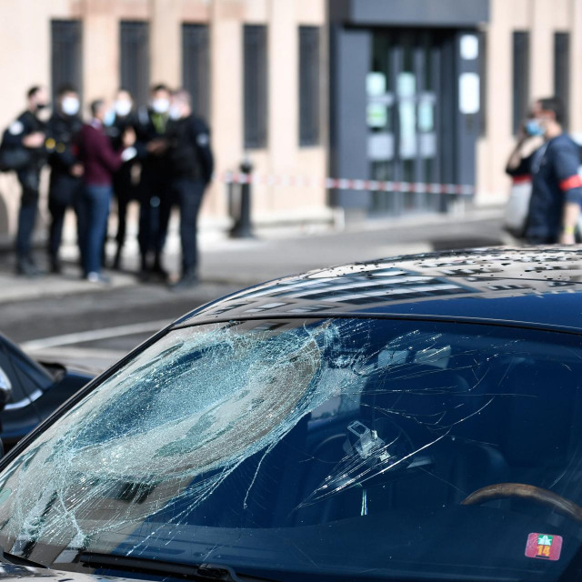 Nitko nije uhićen, a fotografije pokazuju da su razbijeni prozori policijske stanice, dok su automobili oštećeni