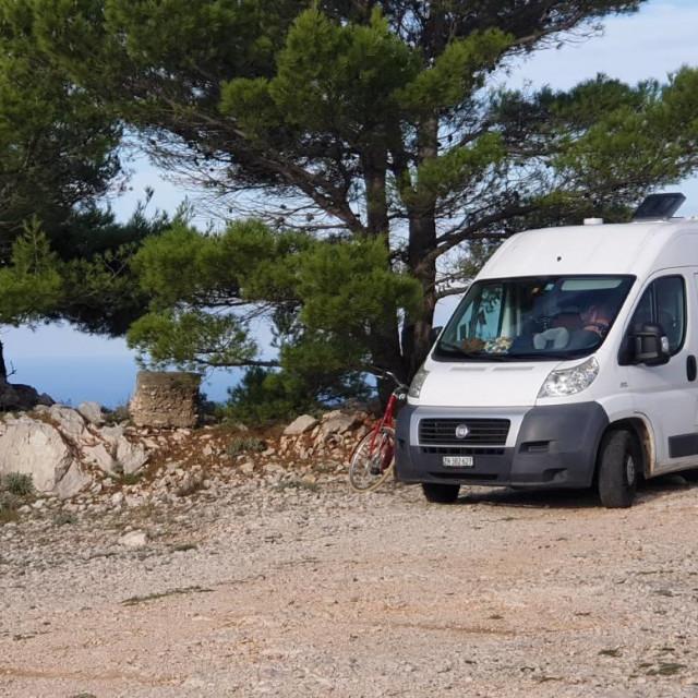Besplatno kampiranje na Srđu, ali i na užem gradskom području, gdje god je kakva manje prometna šumica, ove je godine popularno