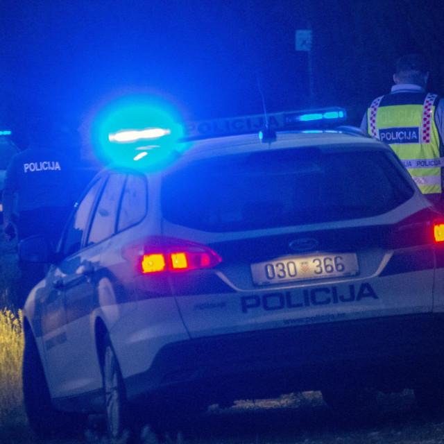 Opuzen, 060619. <br>Prometna nesreca na Uscu Neretve u kojoj je smrtno stradao 26-godisnjak dok je suvozac s teskim ozljedama prebacen u bolnicu. Nesreca se dogodila kad je vozac, izgubivsi kontrolu na vozilom, udario u stablo. <br>Na fotografiji: policijski ocevid. <br>