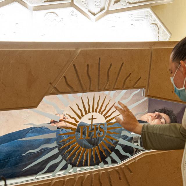 Mladi blaženik Carlo Acutis izložen u staklenom kovčegu