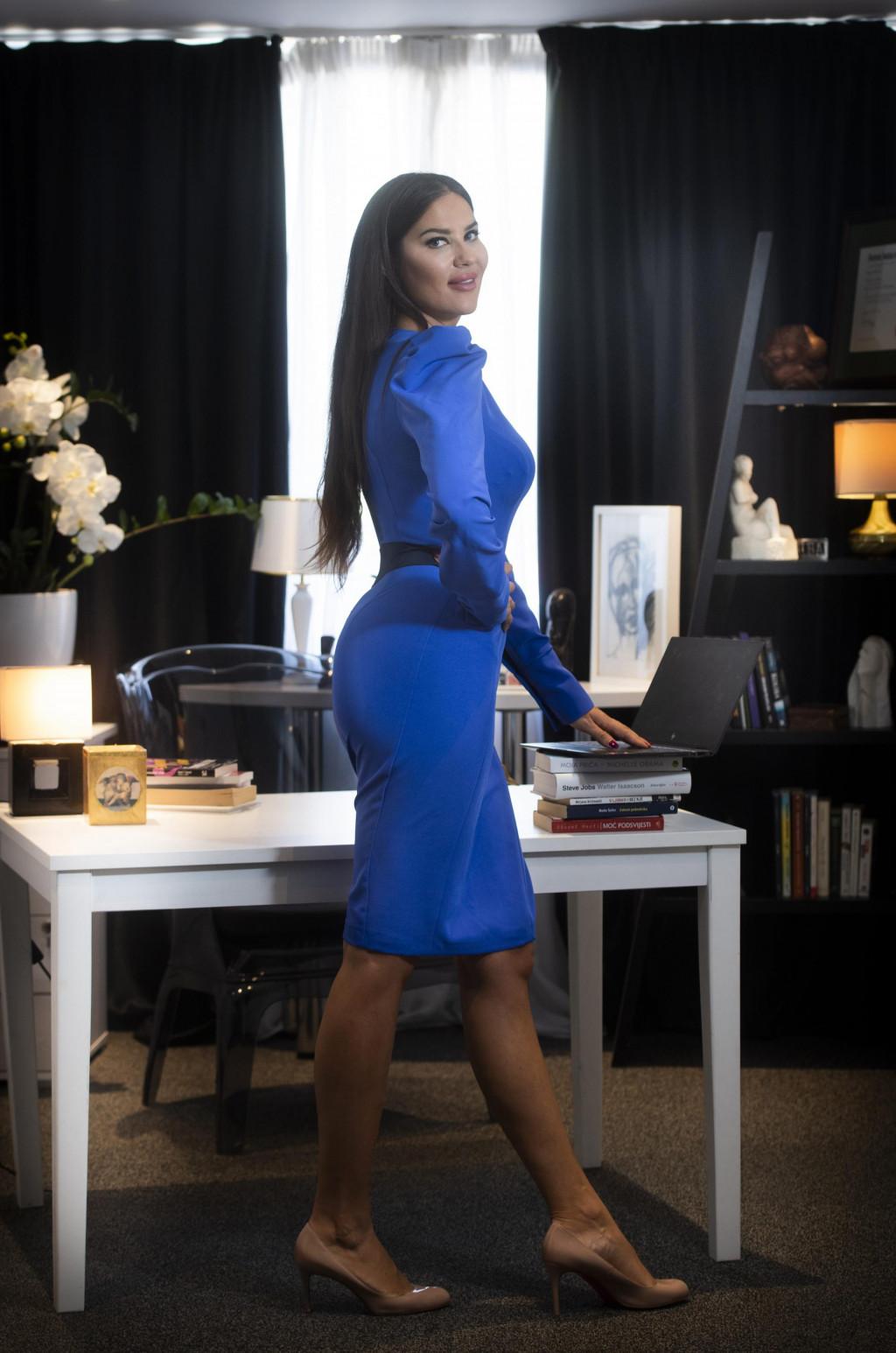 Biljana Mančić u svojem uredu, odjevena u haljinu koju je za nju dizajnirao prijatelj Šime Kovačević